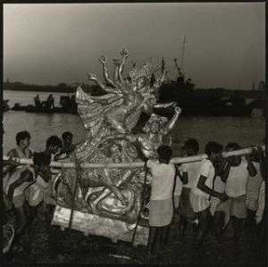 Rosalind Fox Solomon - Immersion of Goddess Durga, Calcutta, India